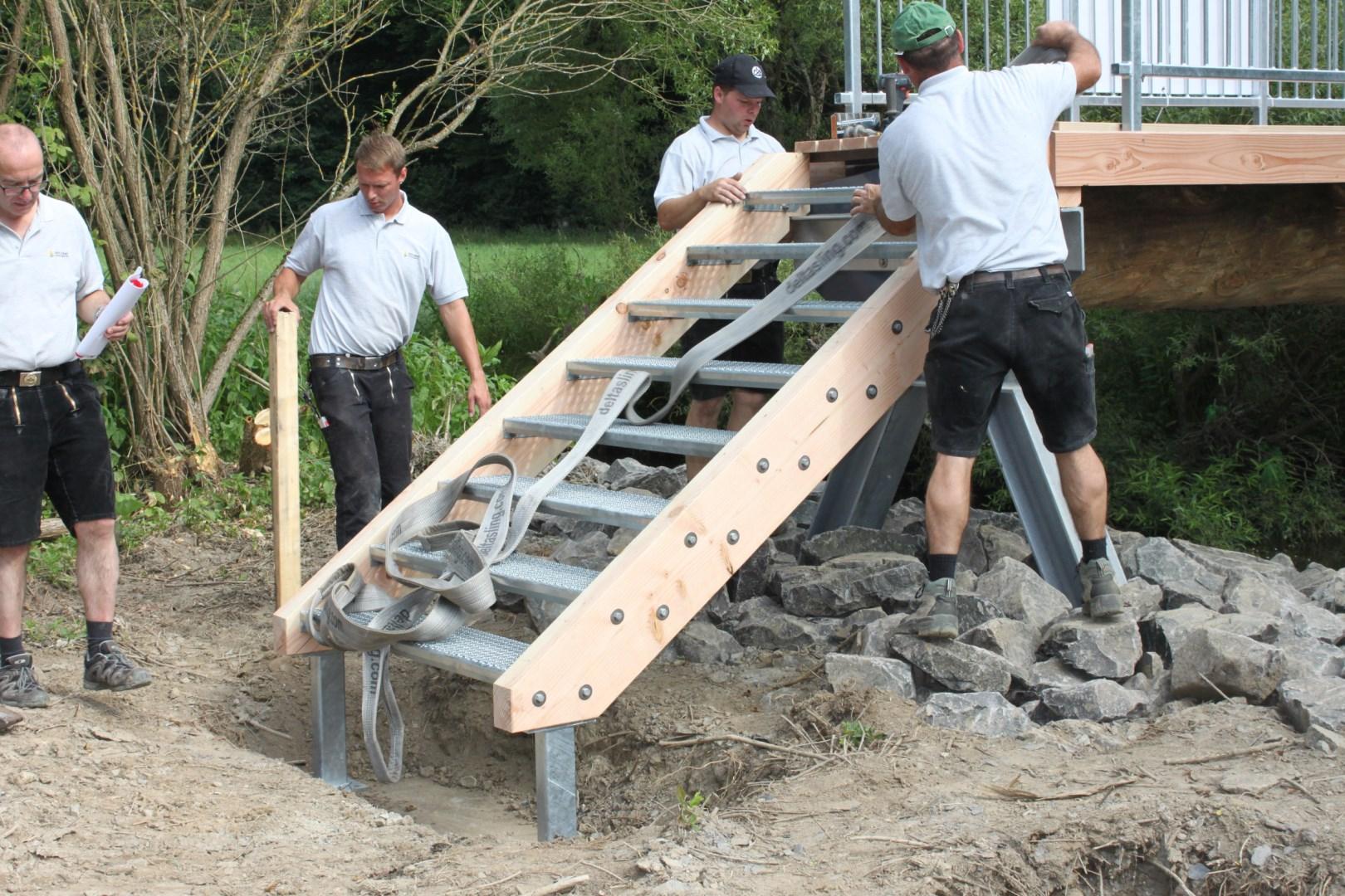 Montage-einer-Zugangstreppe-der-Holzbrcke-ber-den-Hahnenbach.JPG